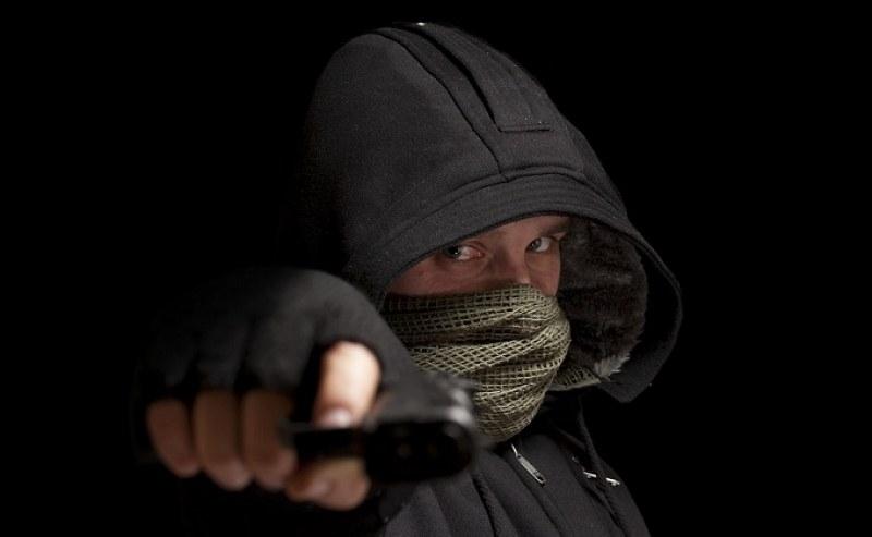 Въоръжен мъж с пистолет ограбил момче до дискотека в Лозенец,