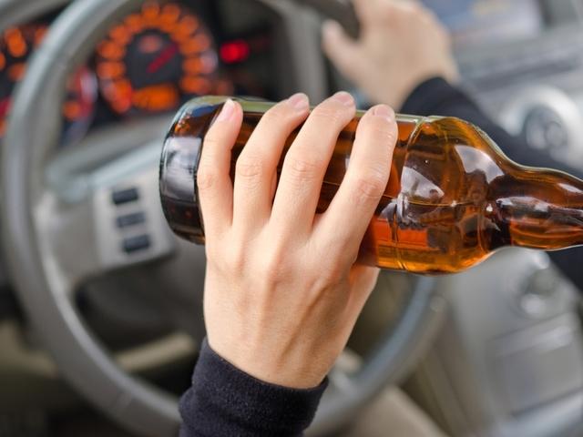 """Полицаи хванаха пияно момиче да натиска газта на """"Хонда"""" в"""