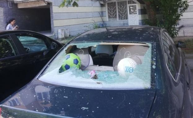7 автомобила с изпочупени стъкла пред блок в Пловдив. Вандалският