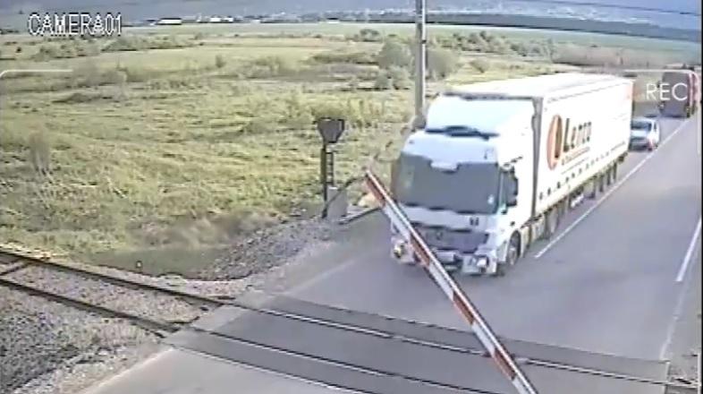 Шофьори всеки ден чупят бариерите на жп прелез, за да