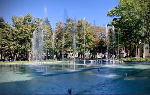 Водната площ в парка зад паметника на Христо Ботев във