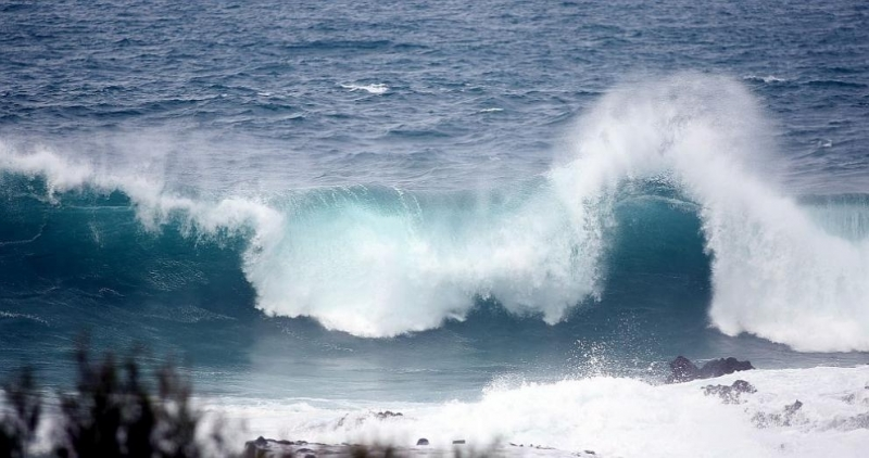 Огромни вълни заляха сгради по северното крайбрежие на Тенерифе, най-големия