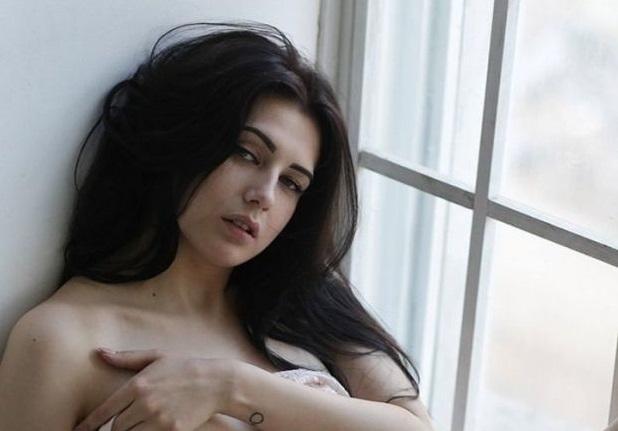 Руският модел Евгения Таланина е свалила дрехите и в неделя