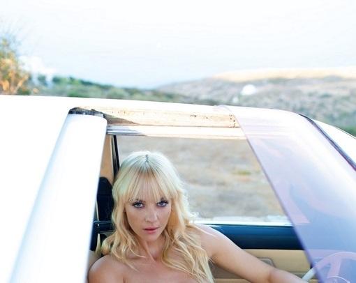 Блондито Сара очаква някой да я заведе на Бали /18+/