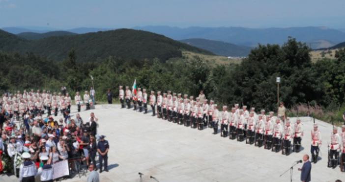 Стотици изкачиха днес в жаркото слънце 894-те стъпала към Паметника
