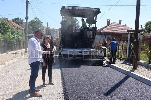 """Стартира асфалтирането на улица """"Добруджа"""", като в момента се полага"""