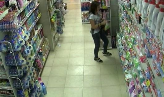 Полицаи са задържали криминално проявени майка и дъщеря, откраднали продукти