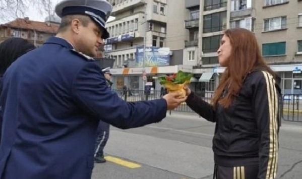 Галантни джентълмени, макар и в униформи - такива са полицаите
