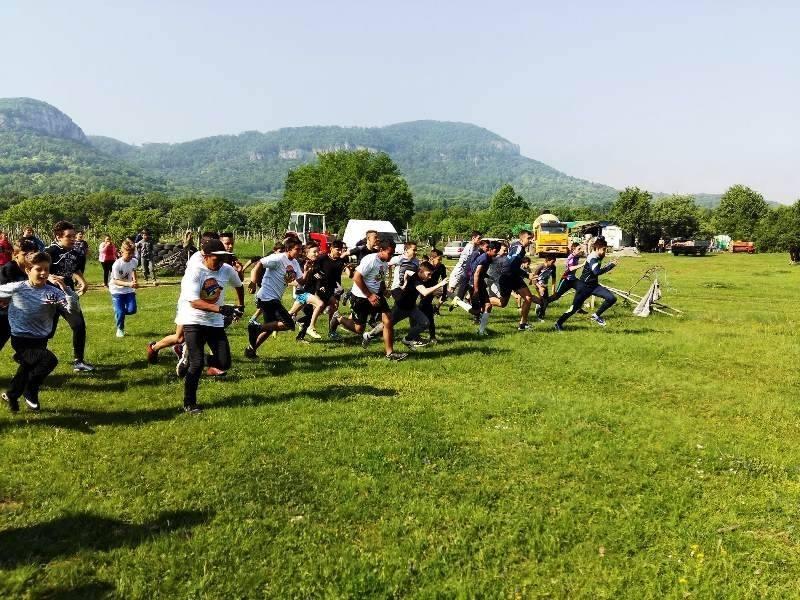 """Снимка: Организират пролетен спортен празник пред хижа """"Леденика"""""""