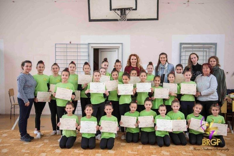 """27 гимнастички на ЖКХГ """"Анелия"""" (Мездра) на възраст от 7"""