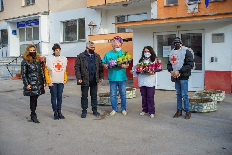 Представители на Община Мездра и на общинската организация на Българския