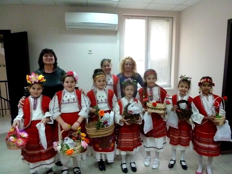 Снимка: Лазарки пяха за здраве в общинската администрация в Борован
