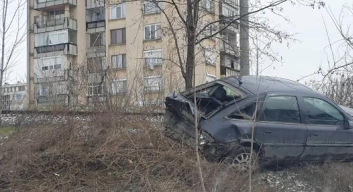 """БМВ настигна и удари отзад """"Опел"""" на казанлъшката улица """"Севт"""