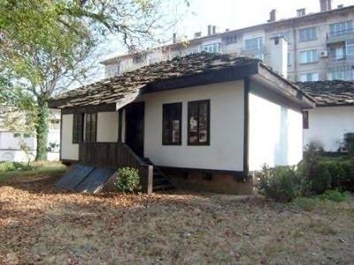 Снимка: Безобразие! Бездомник се настани в къщата музей на Никола Войводов /снимки/