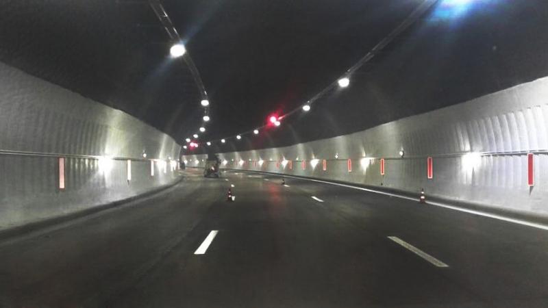 Снимка: Кола на газ се запали в тунел Витиня, има пострадал