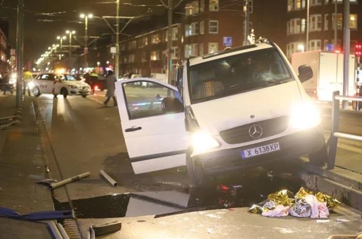 """Микробус""""Мерцедес""""с хасковска регистрация е катастрофирал на трамвайна спирка в Холандия."""