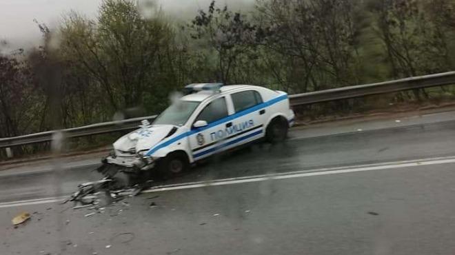 Снимка: Дядо се заби в патрулка на магистрала Хемус, пострада ченге