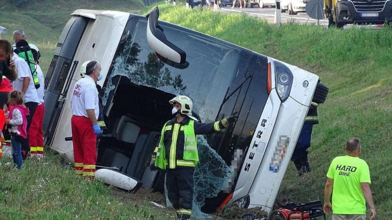 Автобус се преобърна на магистрала в Унгария, има загинал и много ранени