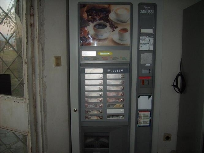 Непълнолетни апаши разбиха и ограбиха автомат за кафе във Враца