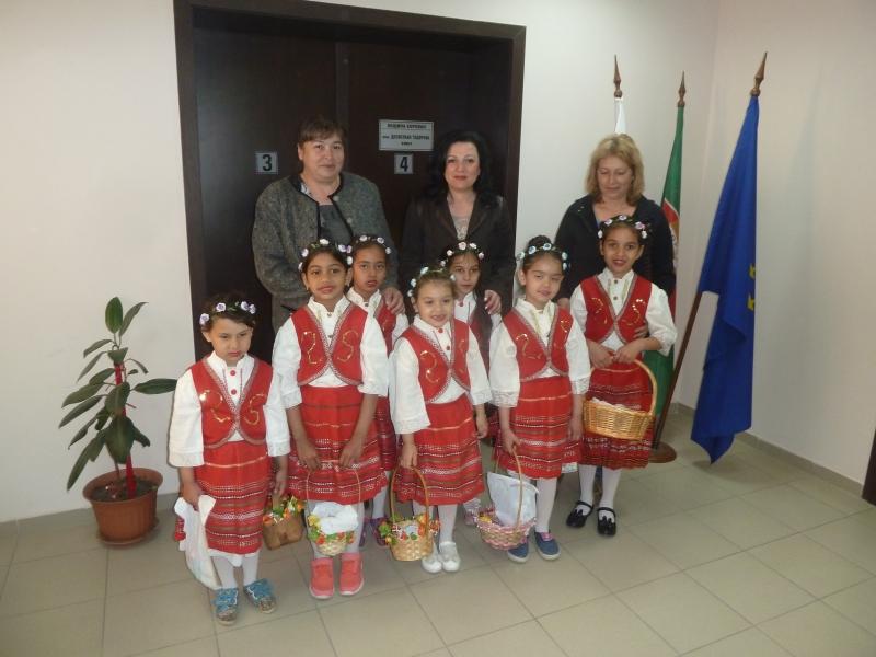 Снимка: Лазарки посетиха община Борован