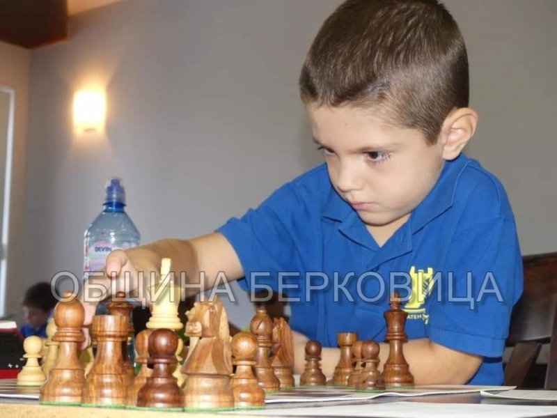 """Шестгодишният Велислав Захариев, възпитаник на детска градина """"Малина"""" – Берковица,"""