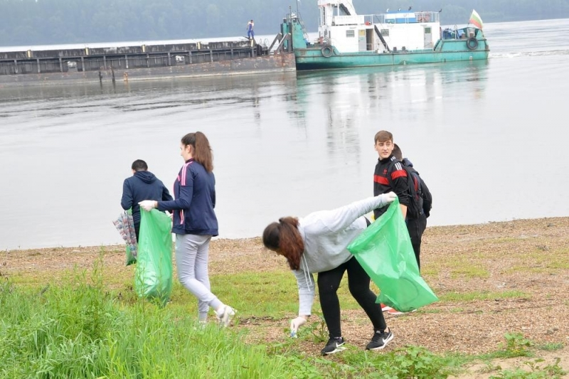 За втори ден екоактивисти и доброволци се включват в почистването