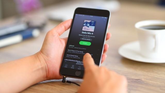 """Мащабна манипулация на платформата за слушане на музика """"Спотифай"""" (Spotify)"""