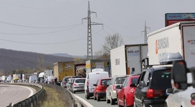 Катастрофирал ТИР препречи по рано днес три платна на автомагистрала