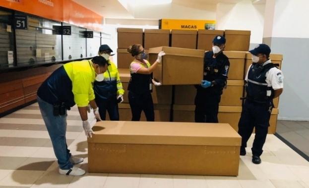 Моргите в Еквадор пълни, държат телата на починалите от коронавирус в хладилни контейнери