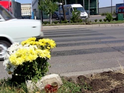 Заличиха с черна боя две рискови пешеходни пътеки край Враца.