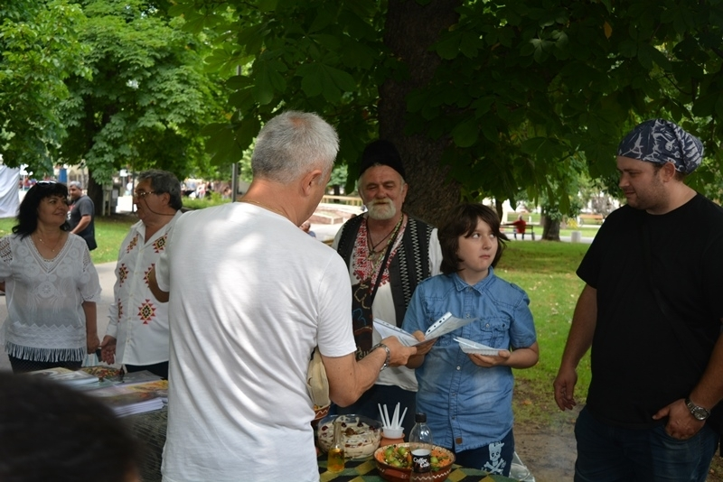 Традиционни ястия представиха 17 любители готвачи на фестивала народна кухня