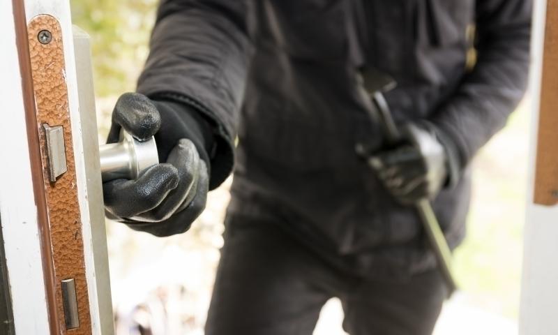 Полицаи хванаха криминално проявен, обрал къща в Лом