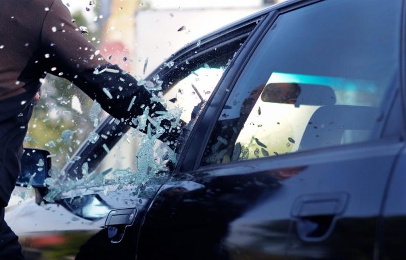 Мъж е потрошил кола в Бяла Слатина, съобщиха от полицията