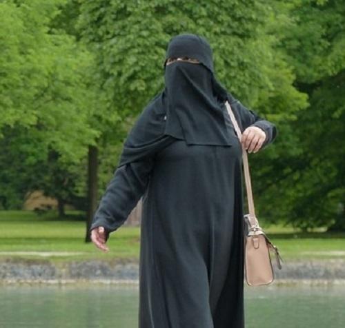 Властите в Алжир наложиха вчера забрана на жените да носят