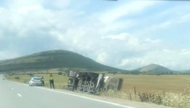 Камион с прикачено ремарке се е обърнал на изхода на