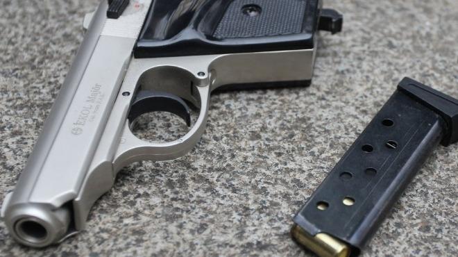 Снимка: Прибраха две оръжия от малък гангстер в Кюстендил