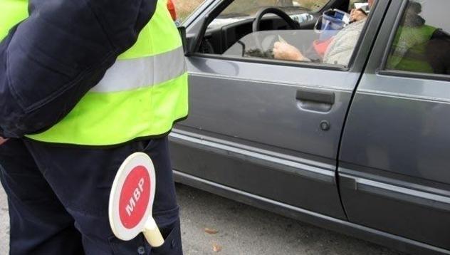 Неправоспособен е заловен да управлява кола с чужди номера из