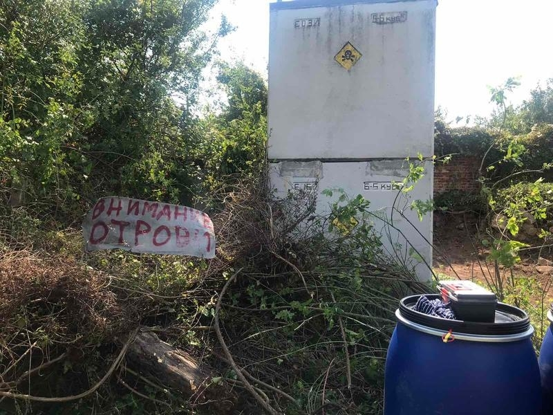 Министър Димитров провери склад за пестициди край чипровското село Бели мел /снимки/