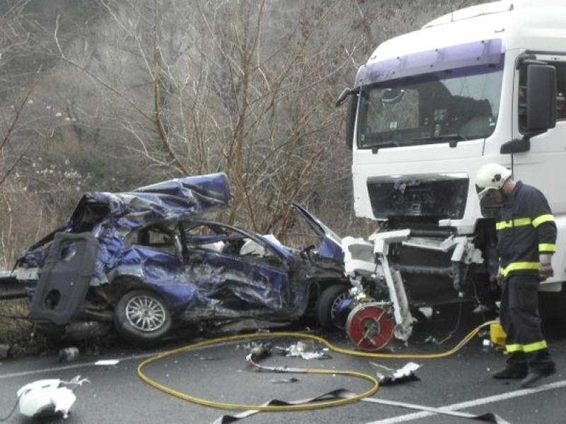 Трагедия на пътя! Млад мъж загина след жесток сблъсък с камион
