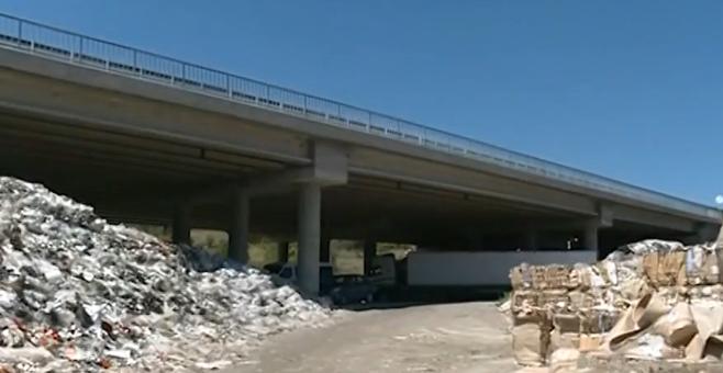 """Снимка: Тонове боклук все още са под магистрала """"Струма"""""""