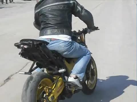 Полицията е заловила мъж да кара мотопед без номера, съобщиха