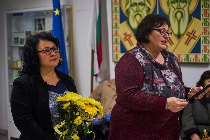 Със съдействието на градската художествена галерия поетесата Рени Митева подреди