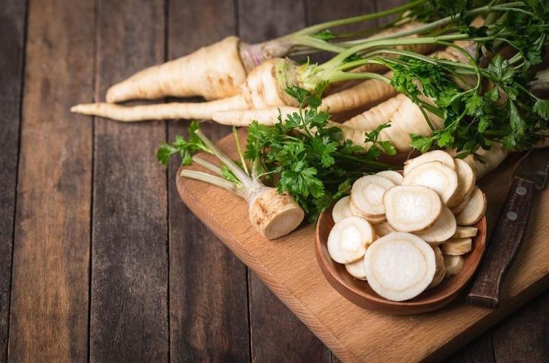 Пащърнакът е кореноплоден зеленчук, който наподобява моркова, но е със
