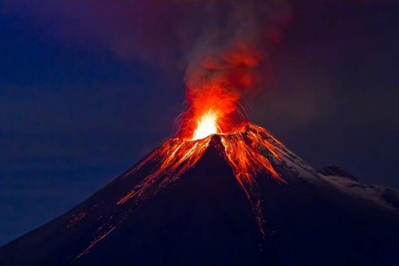 Улиците в няколко градове в Еквадор се покриха с пепел