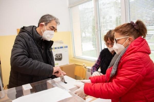 Кандидатът за народен представител от БСП Анастас Попдимитров гласува за