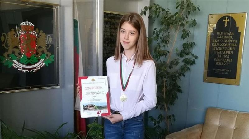 СедмокласничкатаЕлена Радуловаот Природо-математическата гимназия въвВидинспечели златен медал и първо място