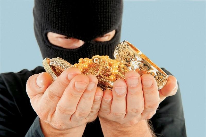 Полицаи издирват бандит, отмъкнал златни накити от къща в Лом,