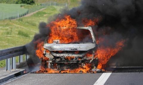 """При отбивката за Девня на автомагистрала """"Хемус"""" гори лек автомобил"""