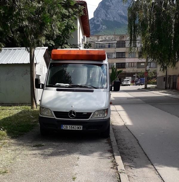 Безумното паркиране във Враца не само не спира, но и