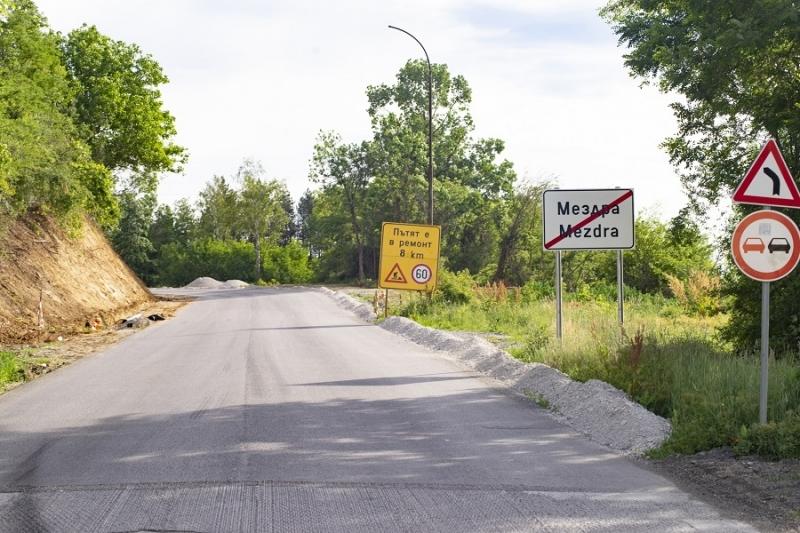 Във връзка с полагането на износващ пласт от плътен асфалтобетон